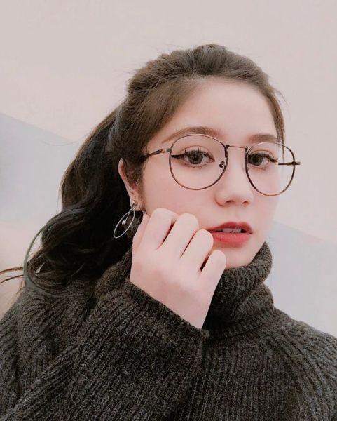 Mặt tròn mũi to đeo kính gì hợp
