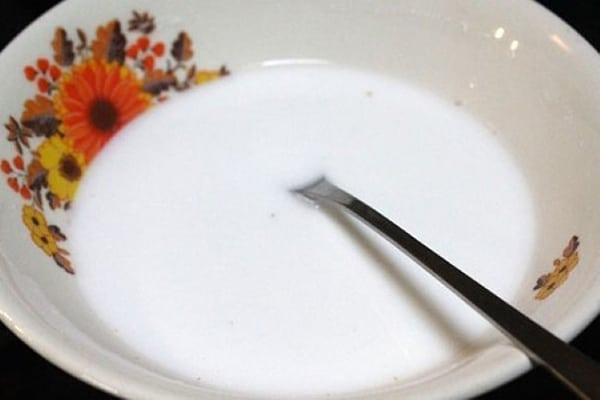 Cách làm bánh khoai môn tại nhà - hòa bột sắn dây với nước