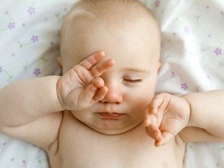 biểu hiện tắc tuyến lệ ở trẻ sơ sinh
