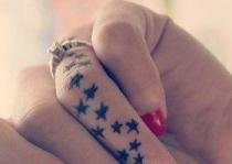 ngón tay xăm ngôi sao