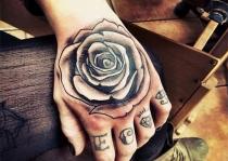 bàn tay xăm hoa hồng