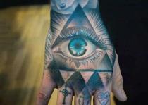 bàn tay xăm mắt