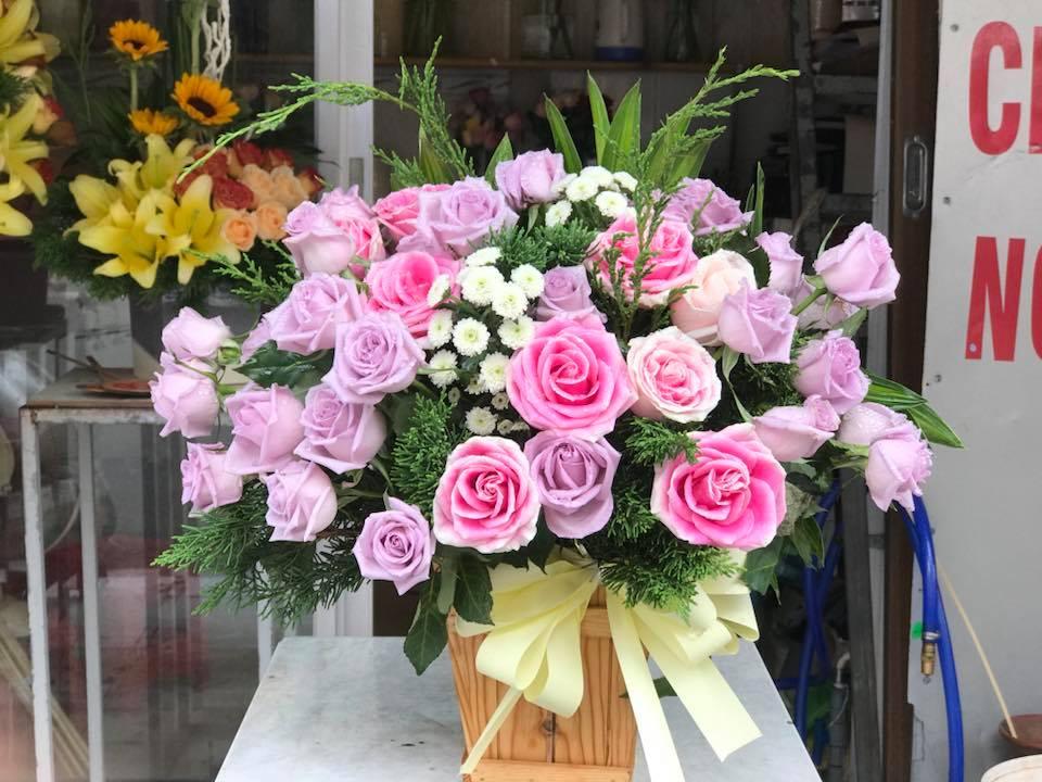 Sự pha trộn khéo léo giữa các loại hoa tạo nên một lẵng hoa cỡ lớn hài hòa.