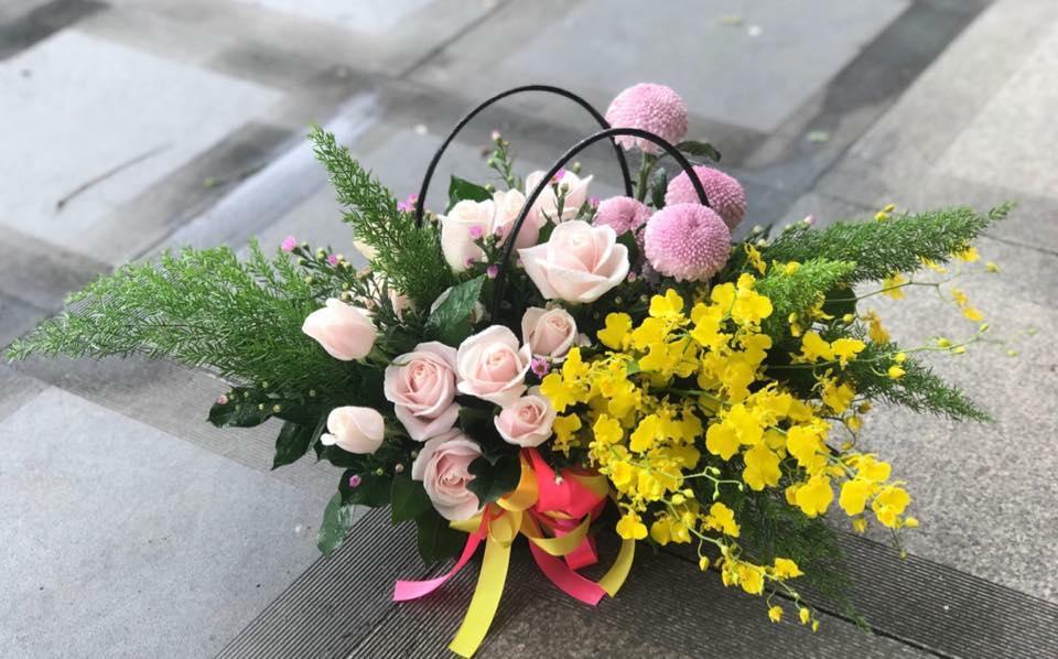 Hoa được bài trí dưới dạng lẵng để làm quà biếu trông rất sang trọng.
