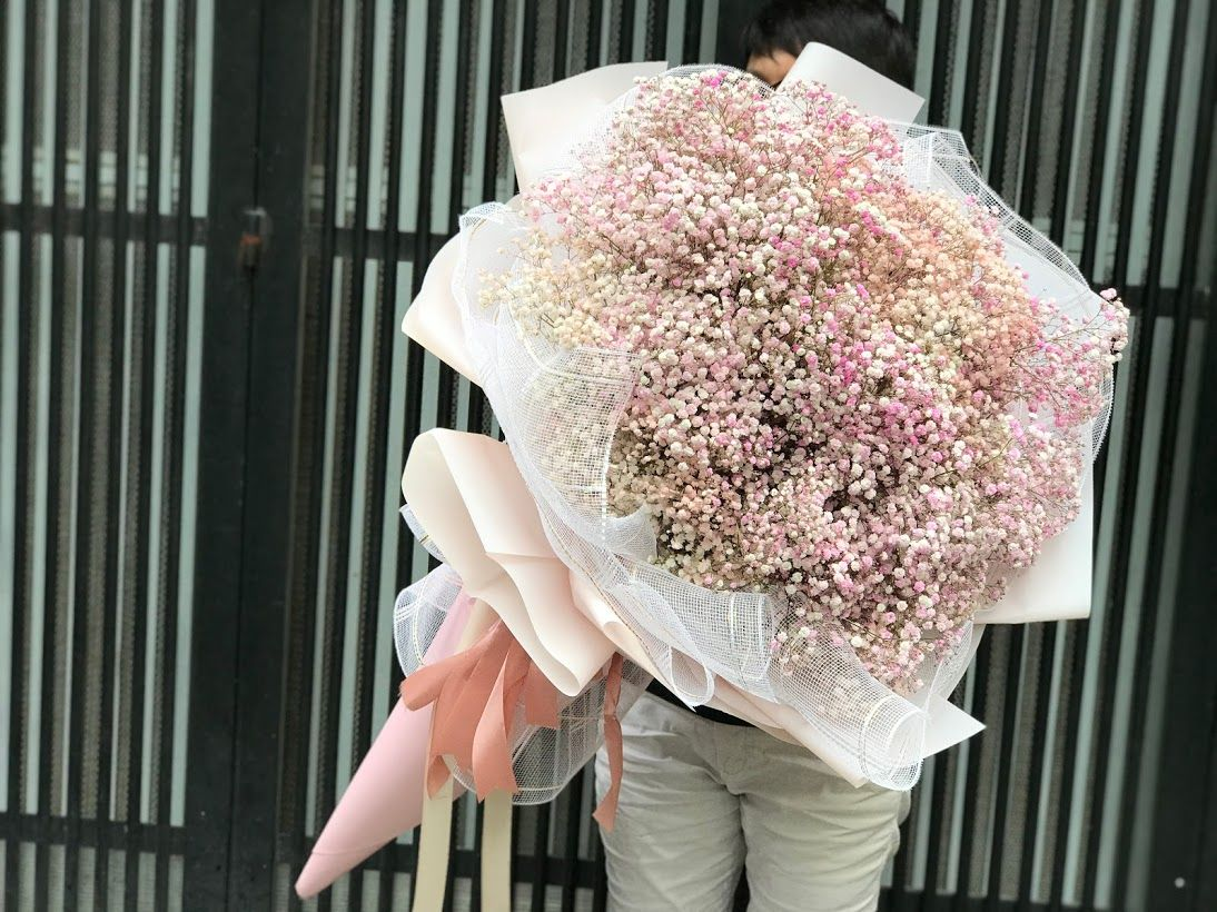 Bó hoa tươi cỡ lớn có thể che hết cả nửa thân người trưởng thành.