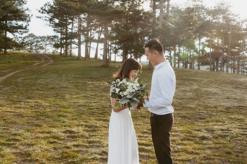 Hình cưới với khung cảnh rừng thông