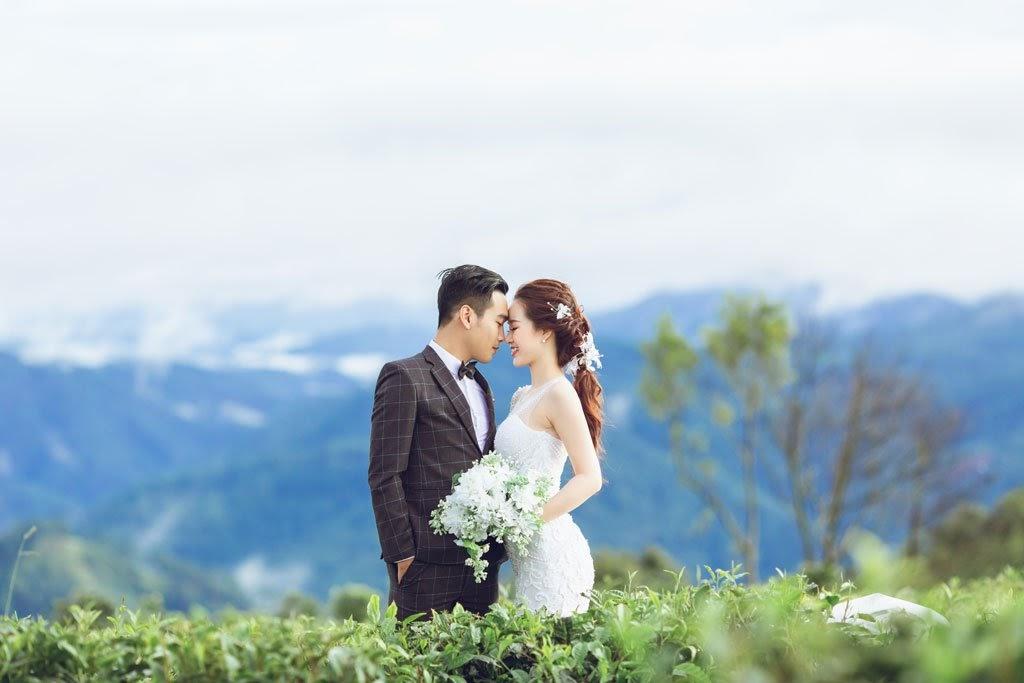 Hình cưới với khung cảnh lãng mạn