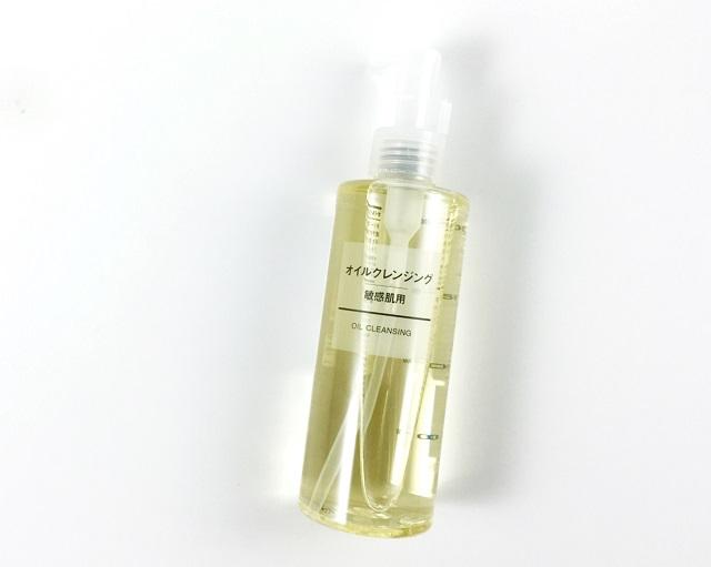 Cách tẩy trang đúng cách với nước tẩy trang cho da dầu Muji Sensitive